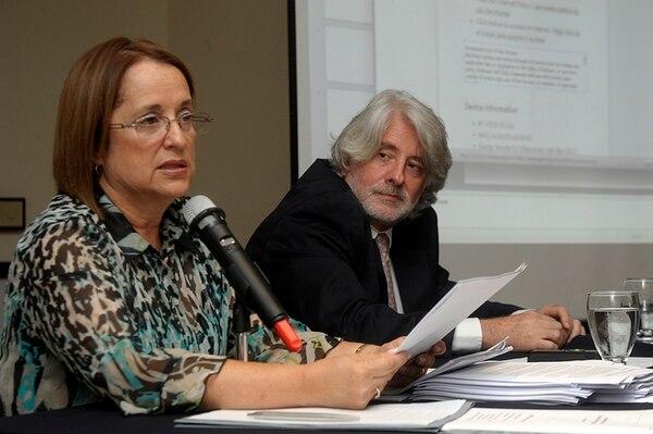 Silvia Víquez, exviceministra administrativa del MEP, y Leonardo Garnier, defendieron el sistema Integra2 en una rueda de prensa ayer. | PABLO MONTIEL
