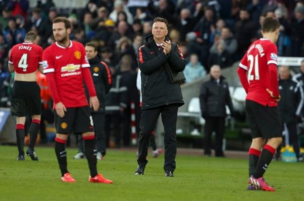 El técnico del Manchester United, Louis van Gaal, levanta el ánimo a sus pupilos tras caer ante el Swansea City.