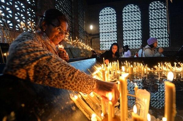 Fieles asistían ayer a la basílica de Nuestra Señora de Aparecida. | AFP.