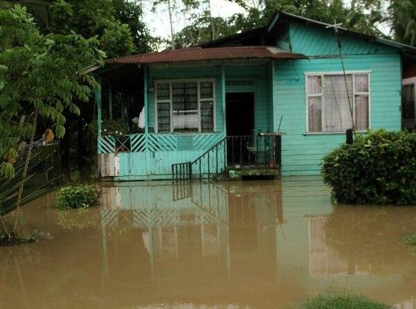 Las lluvias de las últimas semanas provocaron el anegamiento de decenas de casas en Matina de Limón. | ALEJANDRO NERDRICK GN