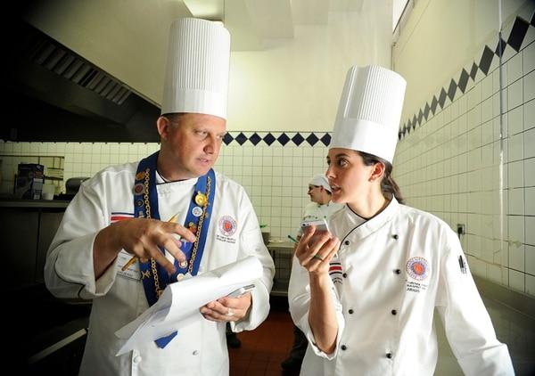 Los jueces de piso,Carlo Di Bartolo y Alexa Quirós vigilaron todo el proceso de preparación de los platos a lo interno de la cocina. Higiene, manipulación de alimentos y trato con los asistentes fueron puntos a calificar. Eyleen Vargas.