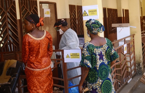 Por ahora la tasa de mortalidad es del 65 %, cuando normalmente el virus del ébola de la cepa Zaire, que es la que ha aparecido en Guinea, puede alcanzar hasta un 90 %.