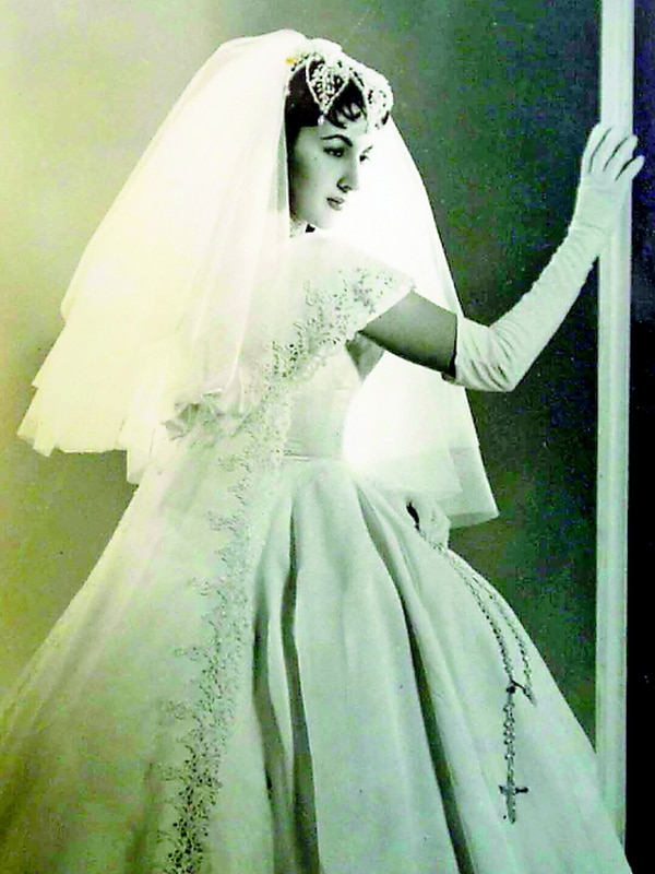 Esta es una foto que doña Inés Sánchez guarda con inmenso cariño, justamente el día de su boda, en 1956, con Ernesto Revuelta, quien murió en el 2011.
