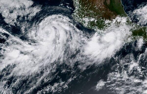 Imagen satelital de los huracanes Max y Norma cerca de las costas mexicanas