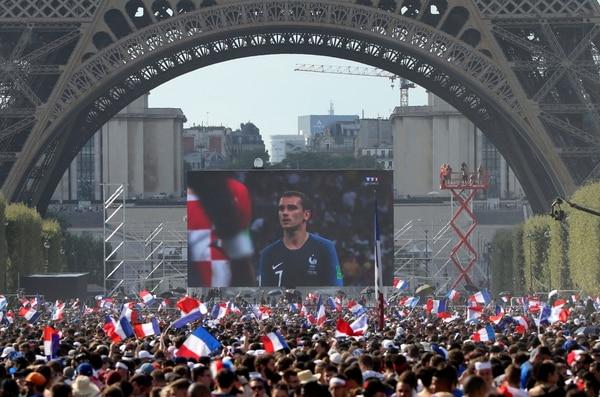 Bajo la torre. En la base de la Torre Eiffel en París, Francia, miles de aficionados se agruparon para observar el partido entre galos y croatas en una pantalla gigantes, que terminó con una celebración interminable. AP Photo/Bob Edme
