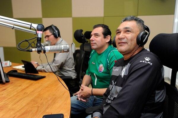 Freddy Navas mientras observaba la presentación de su hijo con la camiseta del Real Madrid.