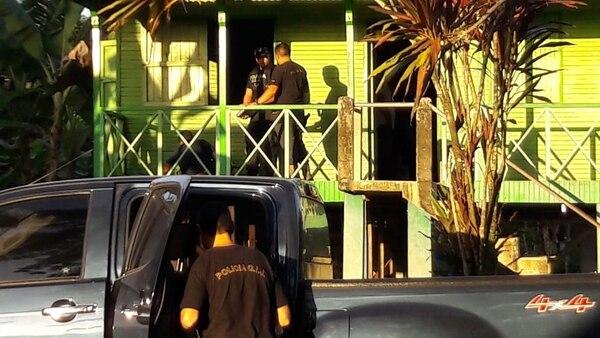 El sospechoso fue arrestado junto con otros dos hombres, de apellidos Hernández Scott y Martínez Meléndez, así como una mujer apellidada Torres López, la mañana de este miércoles durante unos allanamientos dirigidos por la Fiscalía de esta localidad. Foto: cortesía OIJ