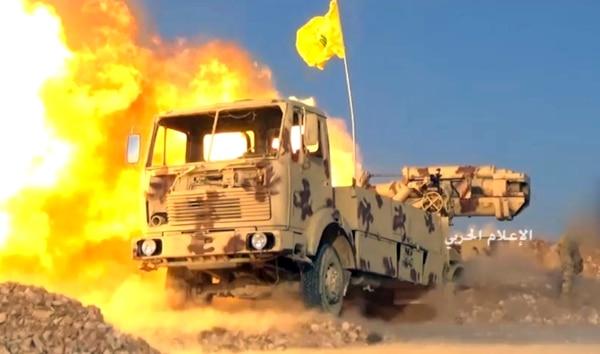 Un tanque de Hezbolá golpea posiciones de los militantes en la frontera Líbano-Siria.