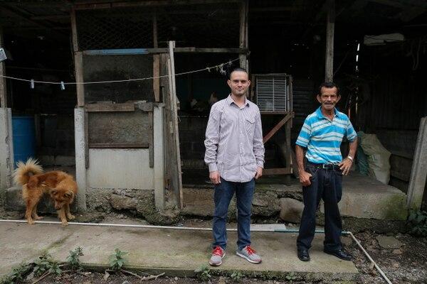 Esteban Araya junto a su padre Gerardo, en su casa en Teja del Guarco. Fotografía: Mayela López