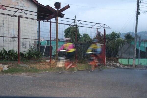 Ya estoy cansado. Veo de reojo a dos ciclistas que avanzan rápidamente al cruzar el ferrocarril.