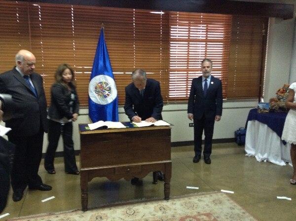 El canciller de la República, Enrique Castillo firmó este jueve la Convención Interamericana contra el Racismo.