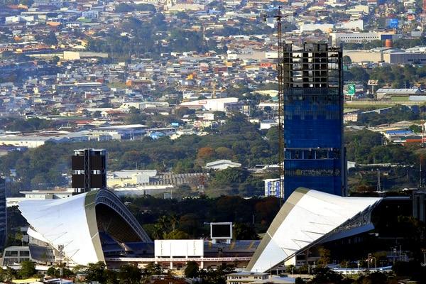 Fotografía tomada desde El Llano de Alajuelita, desde donde se aprecia el edificio Leumi Business Center, el más alto del país. Foto: Rafael Pacheco
