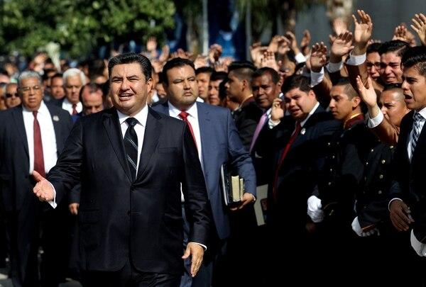 El líder de la iglesia La Luz del Mundo, Naasón Joaquín García, acompañado de seguidores en Guadalajara, México, en agosto del 2017.