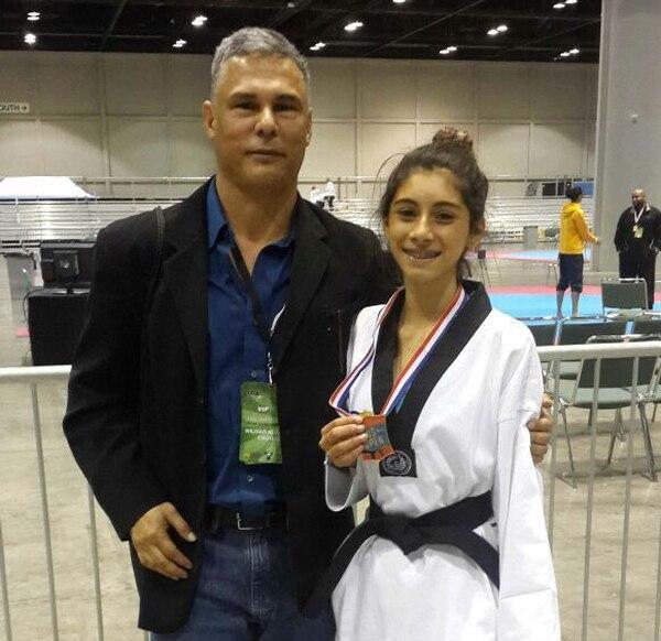 María José Calderón posa junto al presidente de la Federación Costarricense de Taekwondo, Wilmar Alvarado.