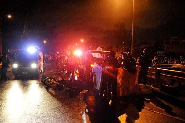 Un vehículo y una motocicleta chocaron a las 6:15 p. m. kilómetro y medio después del peaje a Cartago sobre la autopista Florencio del Castillo. El accidente dejó una persona fallecida, según la Cruz Roja.