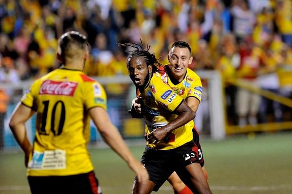 Víctor Mambo Núñez empieza el ritual de la celebración de su gol ante Belén, el cual le dio el pase a Herediano a la final del torneo. | DIANA MÉNDEZ