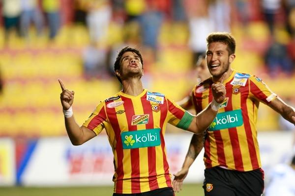 Pablo Salazar celebra después de anotar el tercer gol del Herediano, el que consumaba la remontada. Con él, Francisco Calvo. | RAFAEL PACHECO