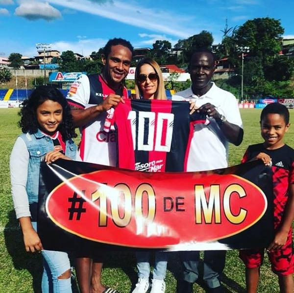 Jonathan McDonald muestra la camisa alusiva a sus 100 goles en Primera División junto a su hija Emelyn, su esposa Andrea, su papá don Jasper y su hermano Maykell. Foto: Instagram de Jonathan McDonald