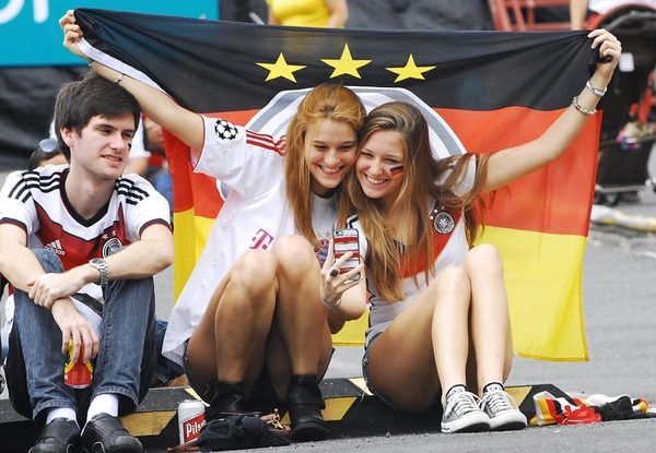 Estas jóvenes alemanas se reunieron en el parqueo de Avenida Escazú. Un selfie para guardar la conquista de la cuarta estrella. | MARIO ROJAS