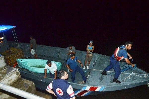 Llegada de los náufragos al muelle pesquero de Incopesca, en barrio El Carmen, Puntarenas.