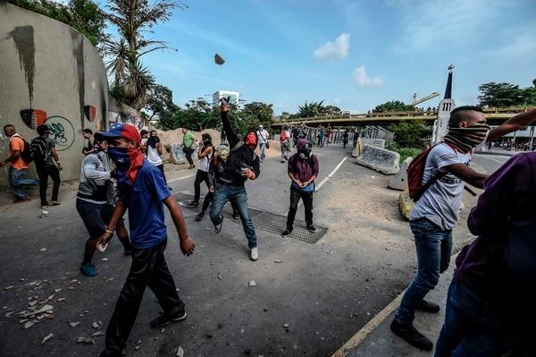 Manifestantes de oposición se enfrentaron el 10 de julio a fuerzas policiales en Caracas, al cumplirse 100 días de protestas continuas contra el gobierno de Nicolás Maduro.