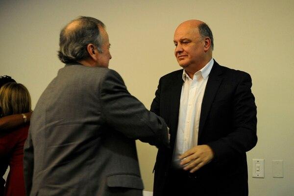 Ottón Solís saluda a Rodolfo Piza. Foto Rafael Murillo