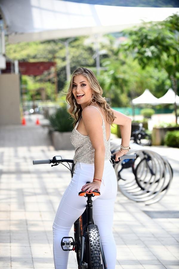 Viviana se muestra como una mujer enérgica y siempre decidida a asumir retos. Para esta sesión de fotos no dudó en conducir esta bicicleta. Foto: Jorge Castillo