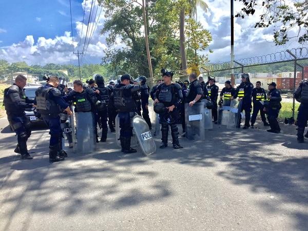 Los oficiales estuvieron cerca de tres horas en procura de acceder Japdeva. Al final se resolvió entre piedras y gases. Foto: Raúl Cascante, corresponsal GN