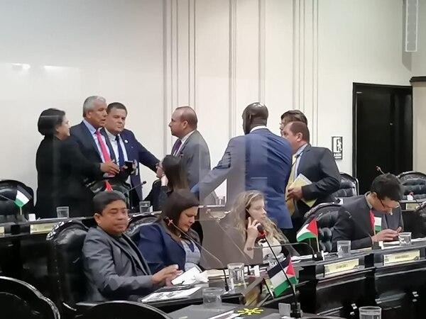 El jefe del PAC, Víctor Morales, negoció con diputados del PUSC para que cedieran en su intención de que el préstamo para el Teatro Nacional se votara en definitiva, el martes pasado. Foto: A. Sequeira.