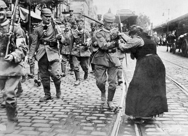 Soldados alemanes despedidos con flores al partir de Berlín hacia el frente de combate durante la Primera Guerra Mundial.