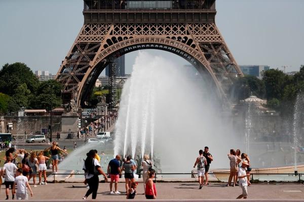 Los turistas se refrescan en París durante una ola de calor, el 28 de junio del 2019. Foto: AFP Foto: AFP