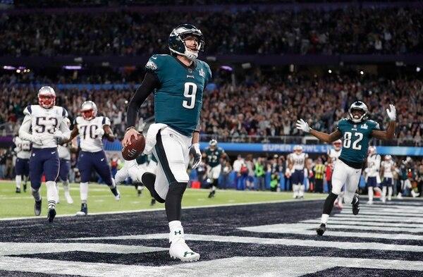 Nick Foles, mariscal de campo de los Eagles, celebra tras anotar en el primer cuarto del Super Bowl 52. Fotografía: AP.