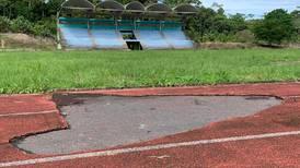 Video: El comején, el hampa y la maleza tienen en ruinas lo que alguna vez fue el  Estadio Nuevo de Limón