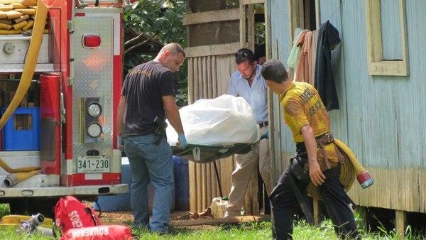 La recuperación del cadáver de Milton Vargas Herrera, de 72 años de edad, de un pozo de 12 metros de profundidad, requirió la colaboración de Bomberos. El cuerpo fue llevado a la Morgue Judicial. | CARLOS HERNÁNDEZ.