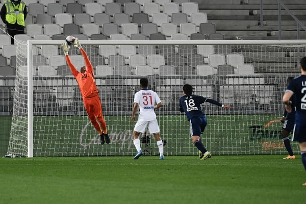 El costarricense Keylor Navas (anaranjado) se mostró seguro una vez más con el PSG, para sacar su victoria ante el Bordeaux. Fotografía: AFP.
