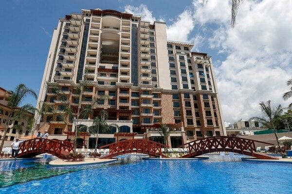 En una torre de 17 pisos, con 152 habitaciones y 44 condominios privados, abrió oficialmente ayer el hotel y casino Croc's, en Jacó. La empresa dijo que dará empleo a 350 personas de la región. | MAYELA LÓPEZ