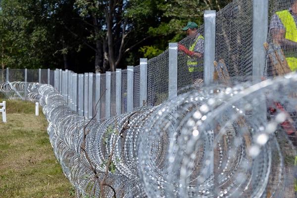 Prisioneros húngaros trabajaron en la creación de un valla de protección contra migrantes en la frontera con Serbia en mayo pasado.