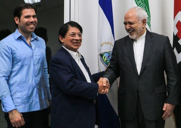 El canciller iraní, Mohammad Javad Zarif (derecha), fue recibido en el aeropuerto internacional Augusto Sandino, en Managua, por su homólogo nicaragüense, Denis Moncada (centro) y Laureano Ortega, hijo del presidente Daniel Ortega. Foto: STR, AFP.