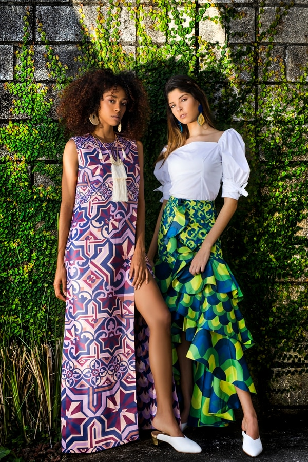 Kiara West (modelo izquierda): Outfit: - Vestido: Carmiña Romero - Aretes + collar: Handmade - Zapatos: CRUDA Cristina Luconi: Outfit: - Blusa + falda: Carmiña Romero - Aretes: Granate 27 - Zapatos: CRUDA