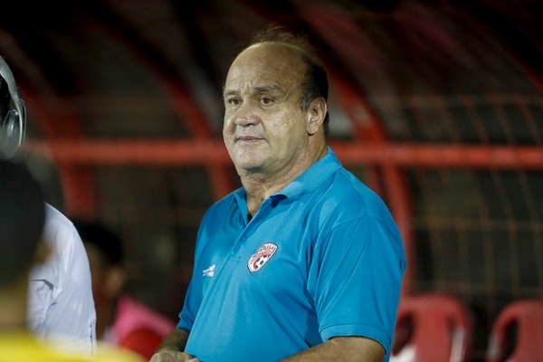 Johnny Chaves, técnico de Santos, siguió atento cada detalle del juego en el que el Santos cayó 0 a 1 ante Herediano, en la fecha tres de la cuadrangular del Apertura 2017. Fotografía: José Cordero.
