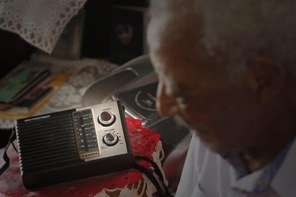 """Una radio es la fiel compañera de don Walter. Su emisora predilecta es Radio Casino, donde escucha salsa, calipsos y guaracha. """"Yo hice una vez una canción para Radio Casino"""", contó el compositor. Foto: Albert Marín"""