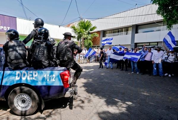 La Policía de no tarda en desplegarse ante cualquier brote de protesta, como este en Managua, el 17 de abril del 2019.