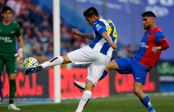 Óscar Duarte intenta un remate en el juego que tuvo el Espanyol ante el Levante.