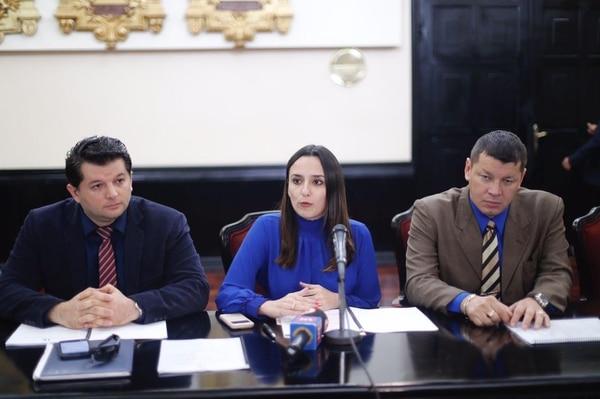Este jueves el abogado de familia Arcelio Hernández, junto con los diputados Natalia Díaz y Oscar López, presentaron un plan para modificar el cálculo de las penesiones alimentarias.