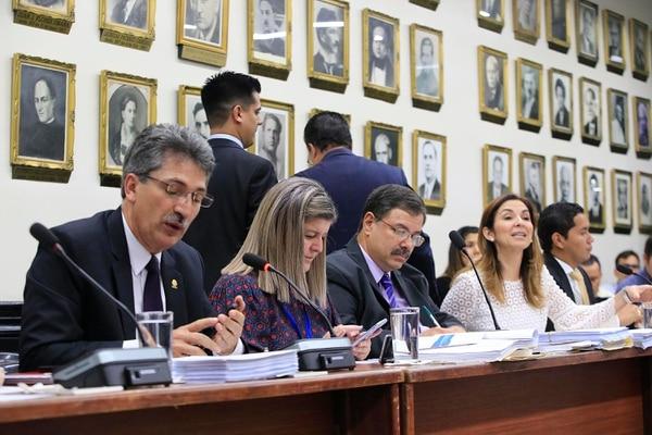 Welmer Ramos (a la izquierda), diputado del PAC, preside la comisión fiscal. A la derecha, en la imagen, Silvia Hernández y Gustavo Viales, del PLN. Foto: Rafael Pacheco
