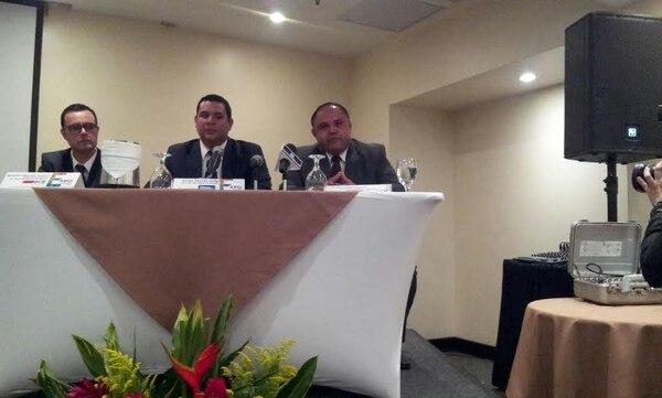 De izquierda a derecha: Randall Obando, supervisor de la Unidad de Administración de Bienes del BCR; Diego Chevez, director de Venta de Bienes del Banco Nacional y Cristian Vega, jefe de Venta de Bienes del Banco Popular.