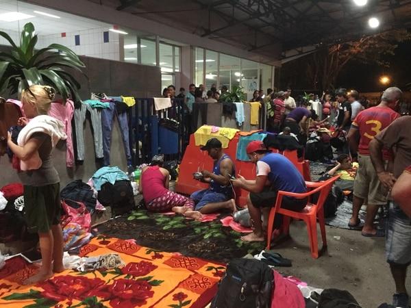 Parte del grupo de migrantes cubanos se han instalado en las oficinas de Migración de Peñas Blancas, en la frontera norte del país.