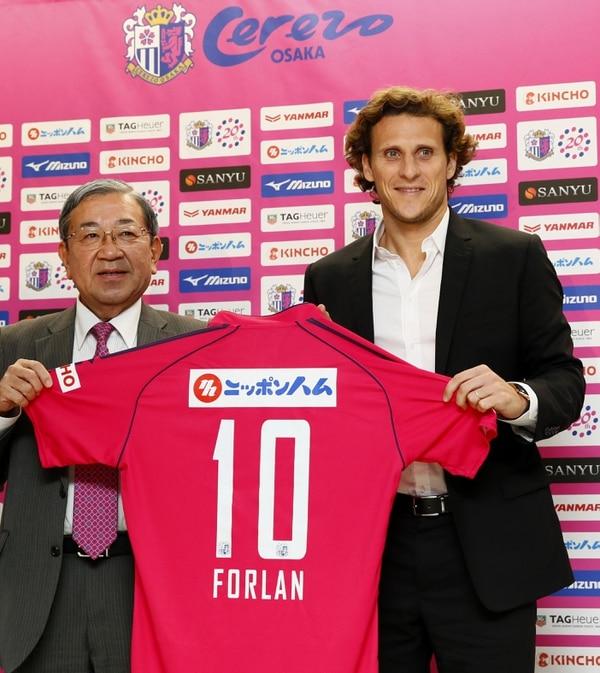 Diego Forlán fue presentado en el Cerezo Osaka del fútbol de Japón.