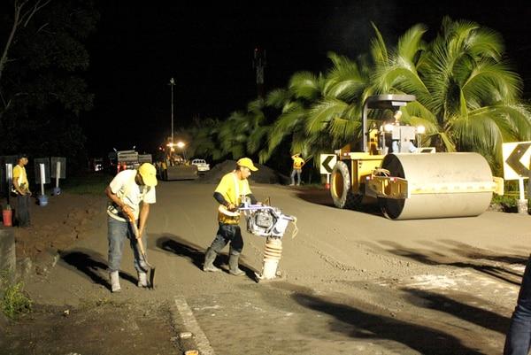 El equipo del MOPT habilitó anoche el paso entre San José y Limón. A las 9 p. m., los operarios concluyeron con la colocación del relleno sobre el río Parismina. | REINER MONTERO