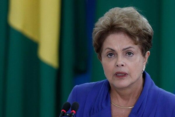La popularidad de Rousseff bajó hasta un 13% este mes.   AP